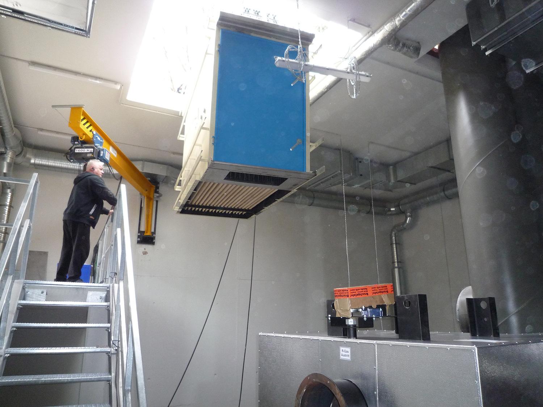 Einheben eines Filterkorpusses durch das Dach
